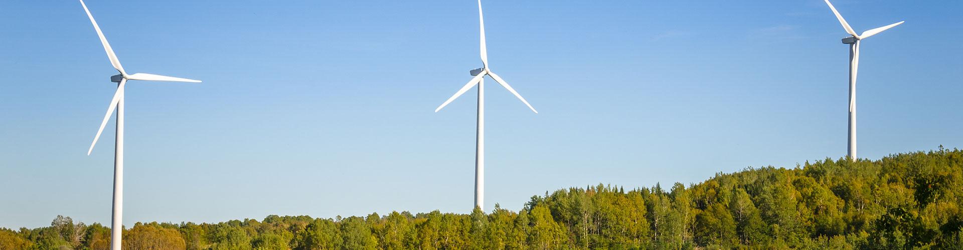Windenergieanlagen auf einem Bergrücken. Foto: iStockphoto.com/Albert Pego